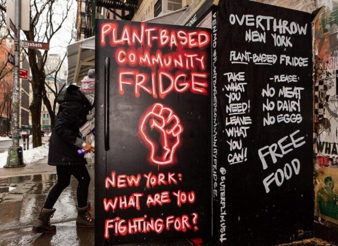 NY ganha geladeira comunitária com alimentos veganos
